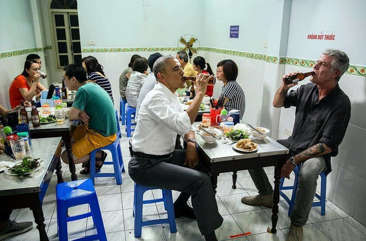 Anthony Bourdain and Barack Obama in a canteen in Hanoi, Vietnam (May 23, 2016). Pete Souza/Wikimedia, CC BY